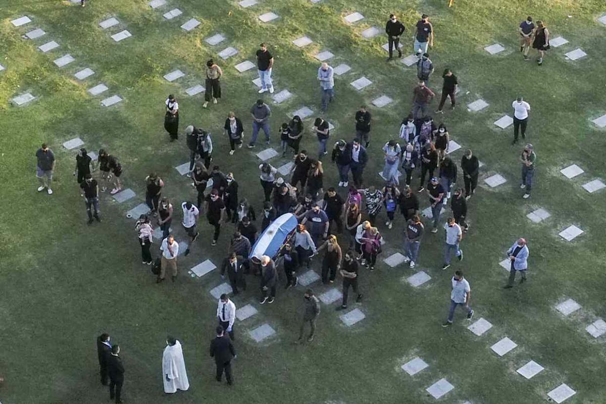Sepultan los restos de Maradona junto a los de sus padres. Noticias en tiempo real